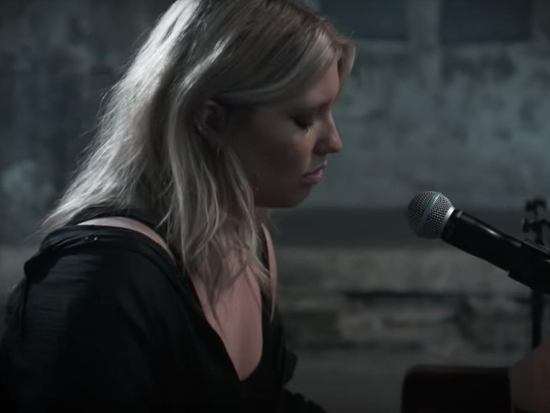 Ella Henderson publica su EP de comeback y lo presenta con un directo al piano para 'Hold On Me'