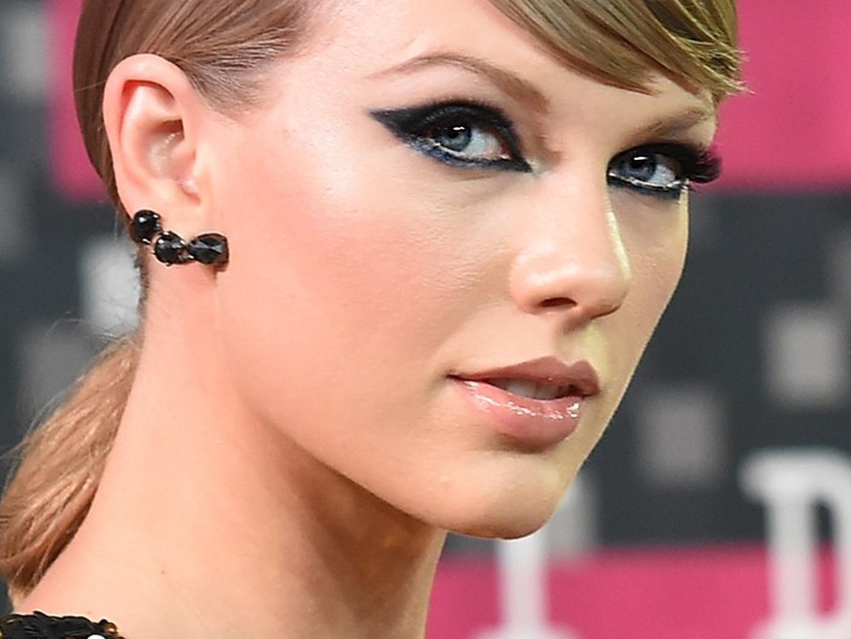 Taylor Swift puede cantar cualquier tema suyo en los AMA, sería ilegal prohibírselo
